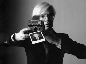 美国艺术家Andy Warhol的宝丽来SX-70相机现以9万元的拍卖高价出售