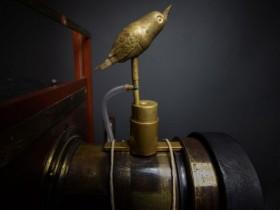 """这只具有140年历史的黄铜鸟就是""""Watch the birdie""""短语的起源!"""