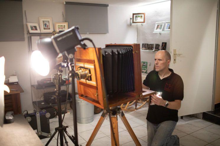 摄影师花费半年的时间制作出超大画幅3D立体湿版相机!