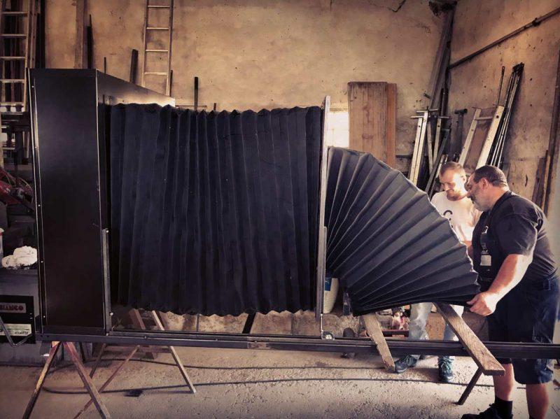 看摄影师和他的团队制作出特别的大画幅相机!